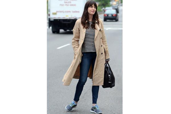 Liv Tyler supercanchera: trench, jeans y zapatillas de running. Foto: Fuente: www.Elle. es