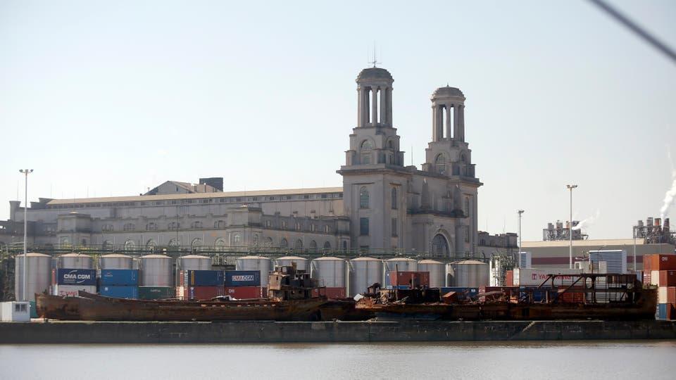 La mitad de la arena que se usa para construir en la Ciudad entra en buques por este puerto y luego es transportada a los silos a través de conductos subterráneos. Foto: LA NACION / Silvana Colombo