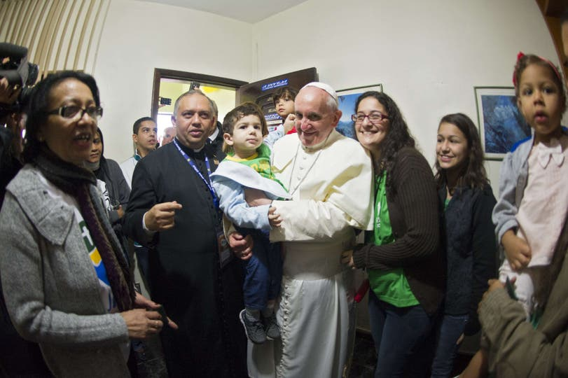 En su quinto día en Brasil, el pontífice confesó a cinco jóvenes y se reunió con presos en el palacio arzobispal. Foto: AFP