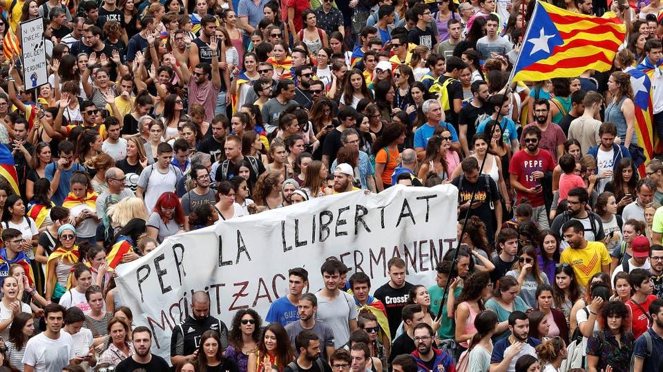 La bandera que usan los independentistas acompañada de carteles durante la huelga general. Foto: Reuters / Yves Herman