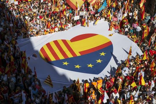 Una multitud marchó en Barcelona contra la independencia de Cataluña. Foto: DPA