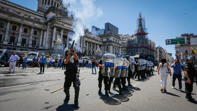 El jueves se vivió un pico de violencia en las protestas en la Capital alrededor del Congreso