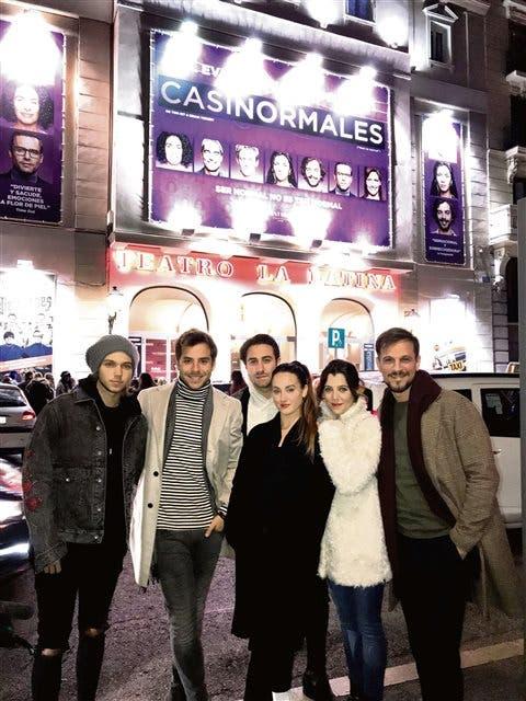 Los actores del elenco local frente al Teatro La Latina en Madrid