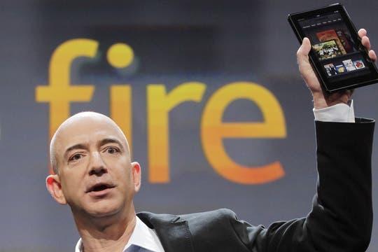 Bezos con el Kindle Fire en la mano. Foto: Reuters