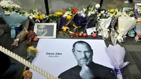 Numerosos admiradores de Steve Jobs dejan flores, mensajes y ofrendas de manzanas