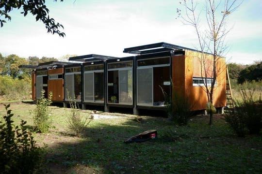 CAS4, la prefabricada argentina que aprovecha su techo para generar energía mediante paneles solares.