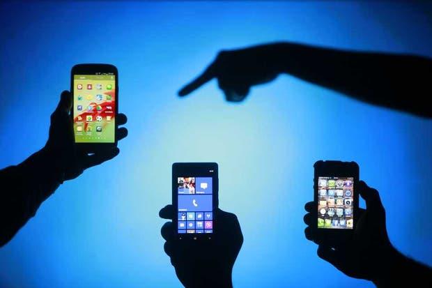 De izquierda a derecha, un Galaxy S3, un Lumia 820 y un iPhone 4. Apple evalúa llevar el tamaño de la pantalla de su teléfono más allá de las medidas actuales, con sendos modelos de 4,7 y 5,7 pulgadas para el próximo año