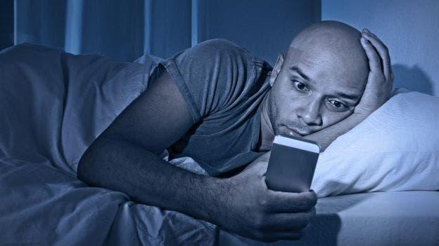 Varios estudios relacionan los problemas para dormir con el uso de redes sociales por la noche