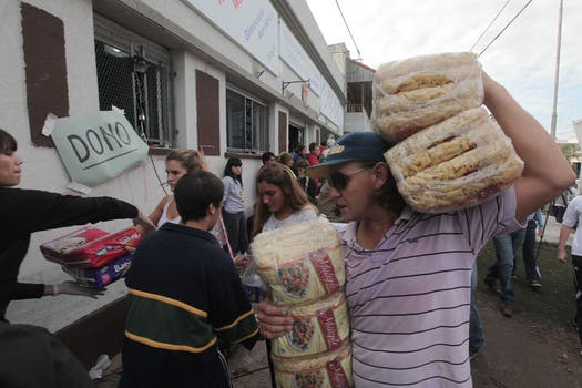 Los centros de evacuación asisten a los afectados. Foto: LA NACION / Santiago Hafford