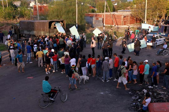 Varias personas hacen cola para recibir las donaciones que llegan a las zonas afectadas. Foto: LA NACION / Fabián Marelli