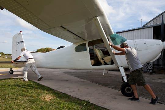 Sacan del hangar uno de los aviones que va a realizar el vuelo sobre el mar. Foto: LA NACION / Sebastián Rodeiro
