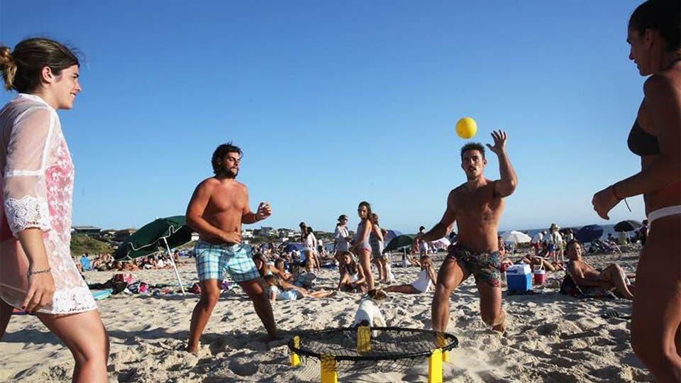 El juego de moda en las playas del este se llama Spikeball y lo juegan grandes y chicos