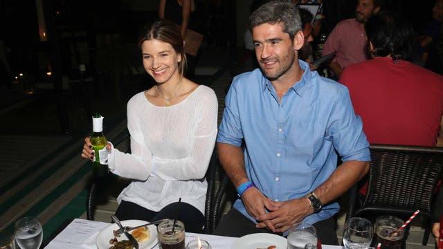 La pareja de vacaciones en el este; Marcela Kloosterboer y su marido, Fernando Sieling, en un restaurante de punta