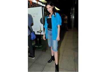 Delfina Chávez llegó con su look informal, de jeans cortos, un top negro y camisa celeste