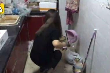 Tras la exposición, Lisa Li se puso a limpiar el departamento