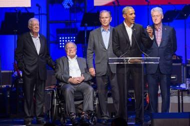 En esta foto de archivo tomado el 21 de octubre de 2017, los ex presidentes de Estados Unidos, Jimmy Carter, George H. W. Bush, George W. Bush, Barack Obama y Bill Clinton asistieron al concierto de alivio de huracanes en College Station, Texas