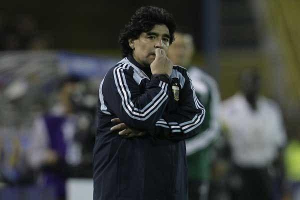 La cara de Diego lo dice todo: a tres fechas por jugar, la Argentina todavía esta lejos de Sudáfrica