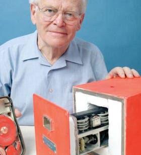 Warren, con su invento que revolucionó la seguridad de los viajes en avión