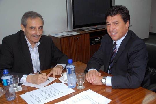 El día que firmó el contrato junto al presidente Daniel Passarella. Foto: Télam