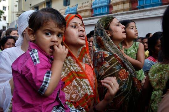 Devotos esperan entrar para darle el último adiòs a Sai Baba en Puttaparthi, India. Foto: AP