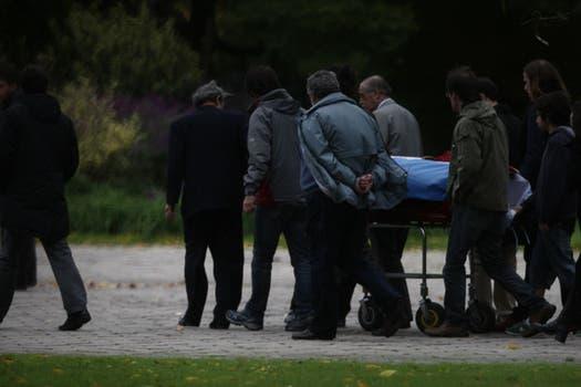 Los restos del escritor son llevados al cementerio privado Jardín de Paz en Malvinas Argentinas. Foto: LA NACION / Emiliano Lasalvia