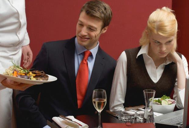 ¿Cuál es la razón de la mala atención en los restaurantes argentinos? Qué se puede hacer para mejorar el trato hacia el comensal