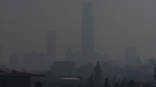 Una nube de humo invade Santiago
