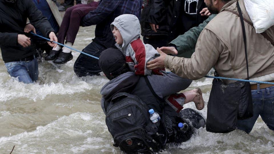 Al llegar al río Suva Reka, en la frontera entre Grecia y Macedonia, los refugiados tendieron primero una cuerda entre ambas orillas para no ser arrastrados por la correntada. Foto: Reuters