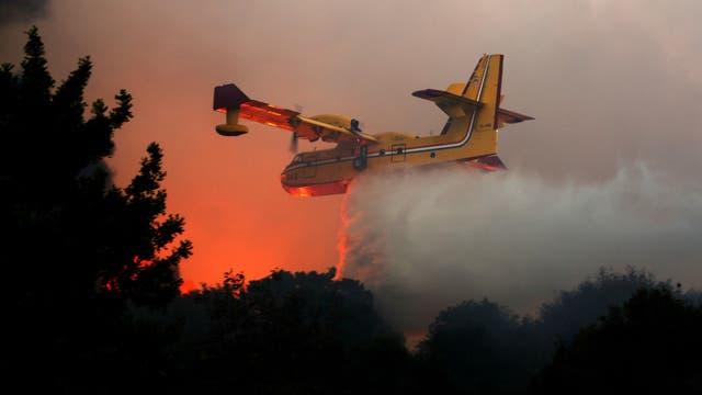 Un avión bombero lanza su carga para mitigar las llamas en Israel