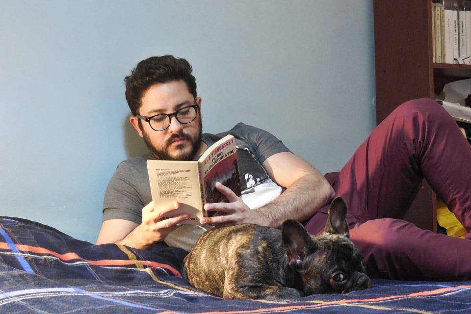 Un asesino serial de vedettes y otros monstruos irrumpe en la temporada estival de Carlos Paz. La nueva novela de Leandro Ávalos Blacha es un bestiario delirante y pasado por sangre.