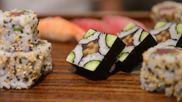 El pescado no cocido del sushi es ideal para la transmisión de enfermedades parasitarias