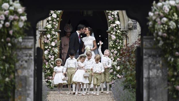 ¡Casados! Pippa Middleton y James Matthews dieron el sí y se besaron en la puerta de la iglesia. Foto: AP / Justin Tallis