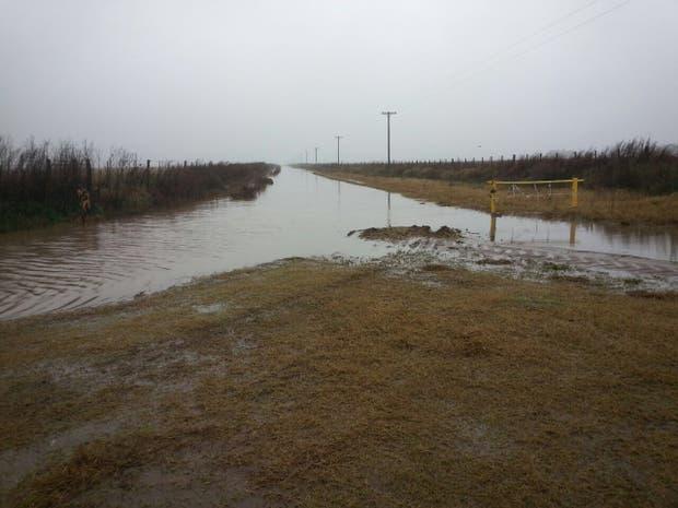 Un camino rural completamente cubierto por el agua en la zona de 30 de Agosto