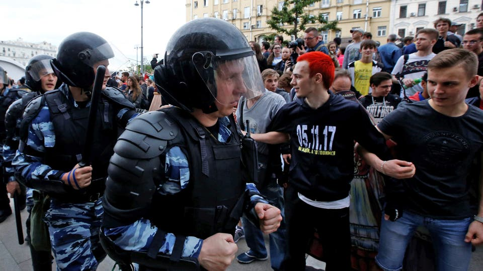 En San Petersburgo alrededor de 500 fueron forzadas a subir a micros de la policía por haber participado en la protesta no autorizada que reunió a 10.000 personas. Foto: Reuters