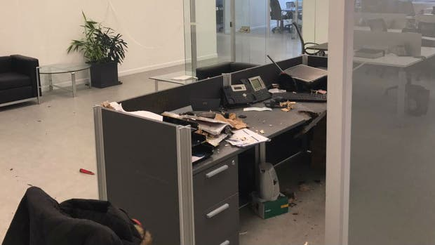 Así quedó el escritorio donde explotó la bomba en Indra