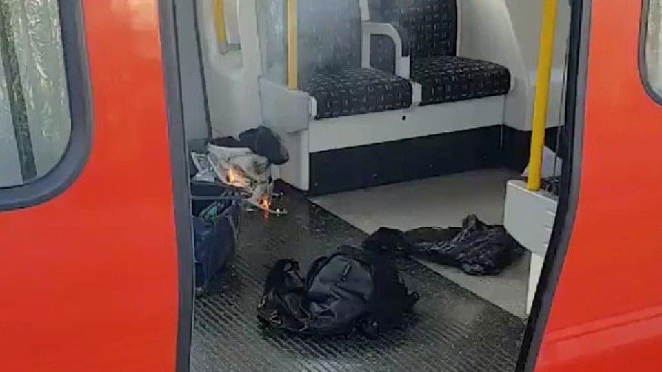 El presunto artefacto utilizado para la explosión y objetos personales en una formación del subte de Londres. Foto: Reuters / Sylvain Pennec