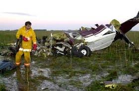 Restos del Cessna Caravan en un campo inundado ubicado a 11 kilómetros de la ciudad de Roque Pérez