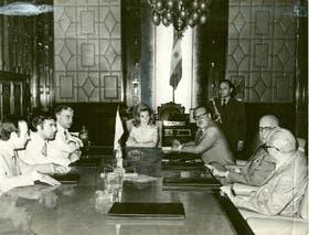 1975: Isabel Perón preside el gabinete; a su derecha, Cafiero y Ruckauf