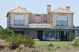 La casa de la familia Fiorito, en Manantiales, frente al Club de la Playa, en dirección a José Ignacio y sobre la ruta 10