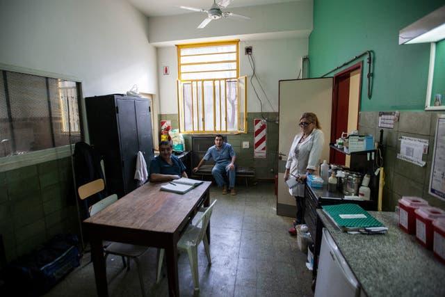 Contención: médicos y enfermeros de guardia monitorean desde una sala contigua a los pacientes del Sevicio de Admisión que necesitan contención física durante una crisis de un trastorno mental