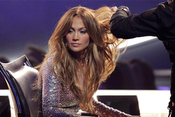 Mirá cómo la peinan a Jennifer López durante los comerciales de American Idol. ¡Tiene el pelo eterno!. Foto: Archivo