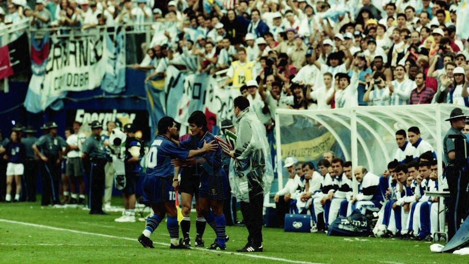 21-6-1994: con el partido definido ante Grecia, le deja lugar a Ariel Ortega, que hizo su debut mundialista.. Foto: LA NACION / Francisco Pizarro