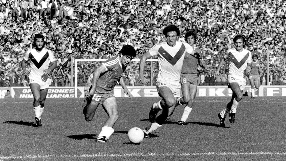 18-11-1979: en el triunfo por 2 a 1 ante Vélez, en la cancha de Ferro. Foto: LA NACION