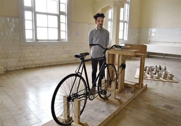 El artista Aizicovich en su bicicleta para hacer alfarería