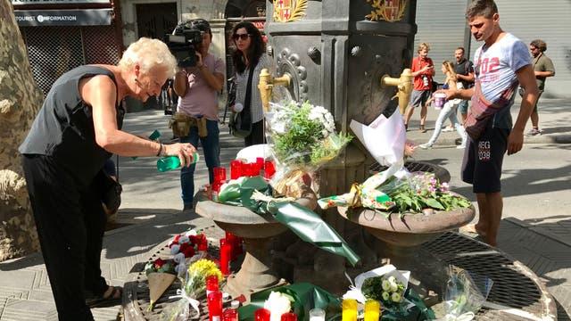 La icónica fuente de Canaletas fue convertido en un altar improvisado, alli las personas se acercan para dejar flores y homenajear a las víctimas del atentado. Foto: Europa Press/dpa
