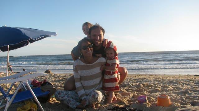 Santiago junto a su familia, que lo apoyó desde el primer momento en la decisión de perseguir su sueño de escribir