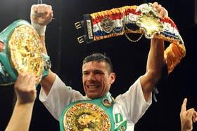Maravilla Martínez con sus cinturones mundiales
