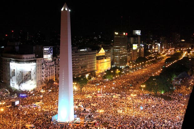 La columna de manifestantes en el Obelisco