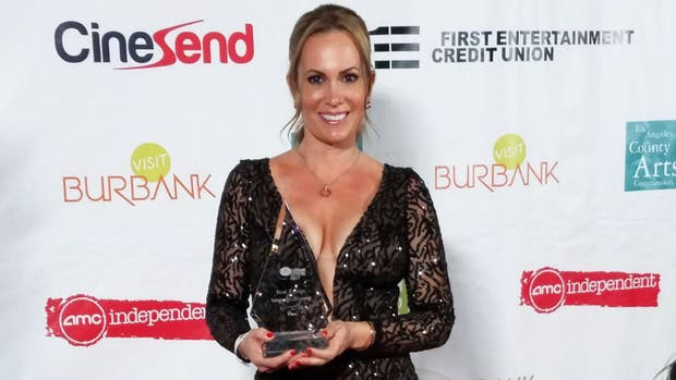 Natalia Denegri, orgullosa junto al premio que recibió por Uma