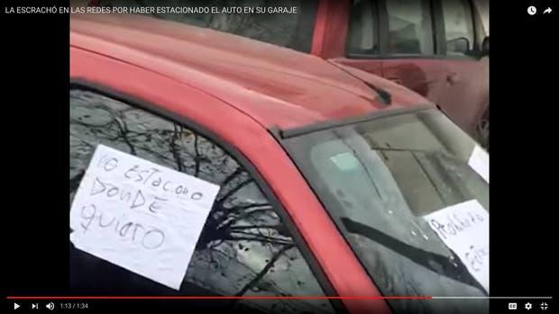 El escrache que un vecino le hizo a la mujer que bloqueó su garaje